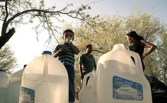 Los agentes se han dedicado a patear y romper los galones de agua de migrantes que intentan cruzar la frontera con México y reciben también vejaciones.