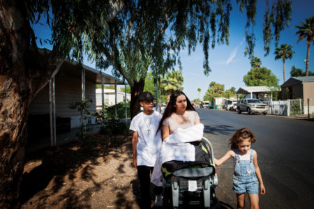 Angel y Yesi Marin con los hijos de Yesi en el parador de tráileres donde vivían con su madre.